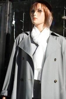 Le mannequin féminin se tient dans une vitrine