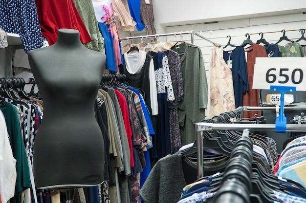 Mannequin femme dans un magasin de vêtements