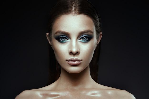 Mannequin femme avec maquillage fantaisie. cheveux longs et bruns.