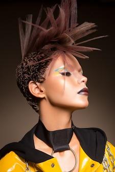 Mannequin femme. portrait de femme belle fête avec maquillage tendance, coupe de cheveux.