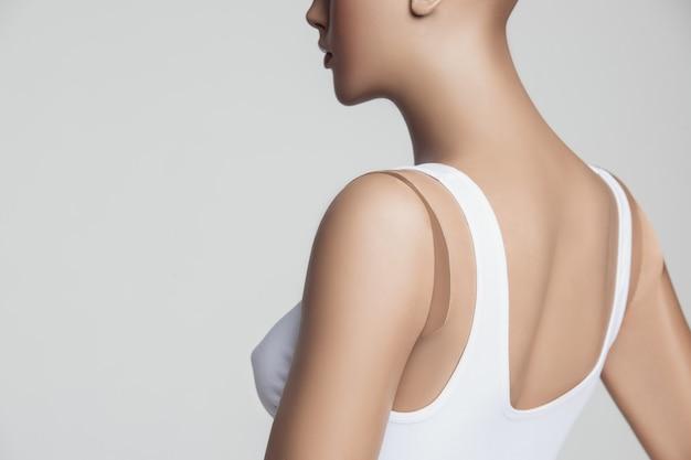 Le mannequin femme sur studio gris