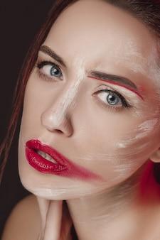 Mannequin fille avec visage coloré peint.