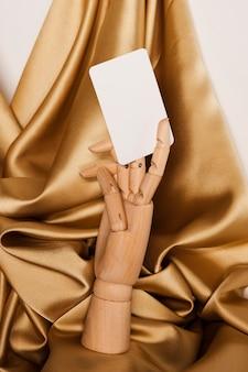 Mannequin main tenant du papier blanc
