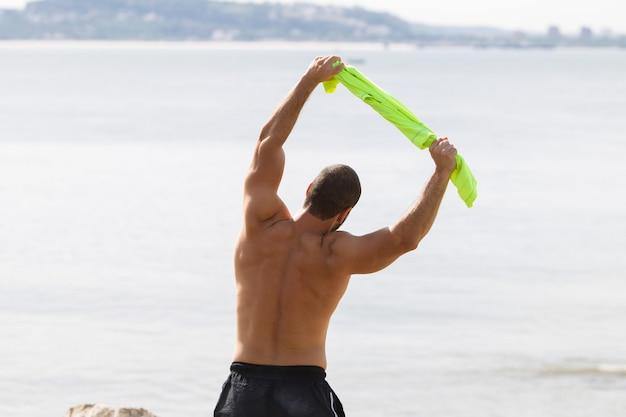Mannequin man doing side bend exercice à la mer