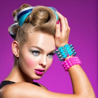 Mannequin avec maquillage lumineux et coiffure créative femme avec maquillage mode portrait gros plan
