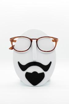 Mannequin de mode homme portant des lunettes à la mode sur fond blanc