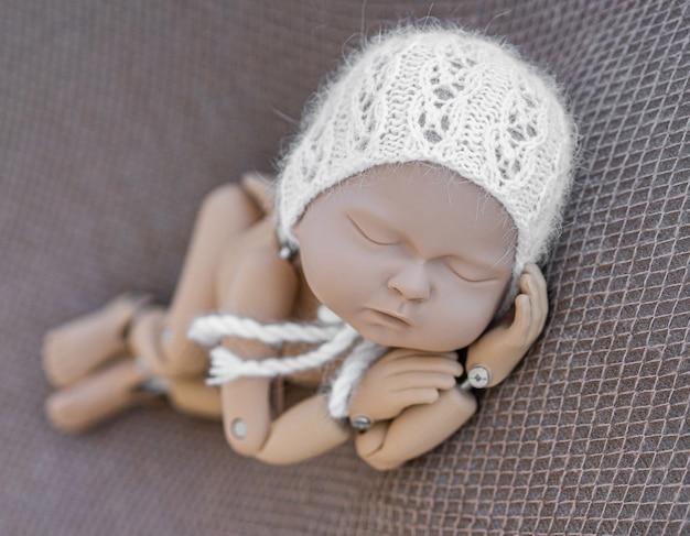 Mannequin de nouveau-né pour photo posant
