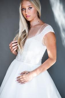 Mannequin parfait femme avec belle coiffure prom ou fille de mariée