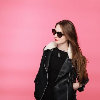 Mannequin portant du noir et des lunettes de soleil