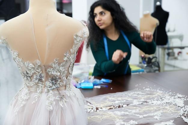 Mannequin avec une robe de mariée est dans la boutique du tailleur