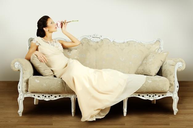 Mannequin en robe de soirée à l'intérieur rétro