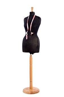 Mannequin avec un ruban à mesurer sur fond blanc