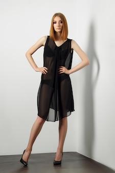 Mannequin sexy en lingerie noire et déshabillé transparent