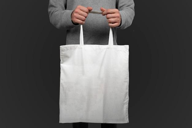 Mannequin tenant un sac fourre-tout