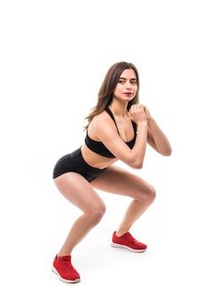 Le mannequin en tenue de sport noire fait des exercices pour un corps solide