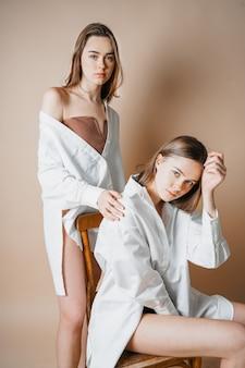 Mannequins deux soeurs jumelles belles filles nues