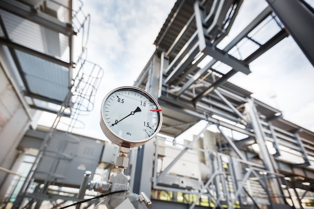 Un manomètre ou un indicateur de pression indiquant une pression nulle dans l'industrie du raffinage du gaz et du pétrole.