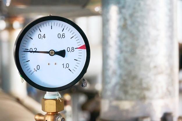 Manomètre indiquant la pression sur le tuyau d'alimentation en eau.