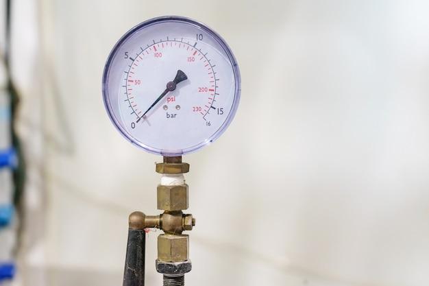 Manomètre, manomètre pour l'état du moniteur. tuyaux et vannes dans une usine de pharmacie