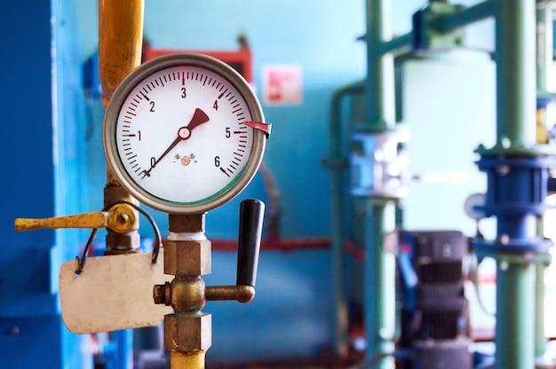 Le manomètre avec une valve indique zéro