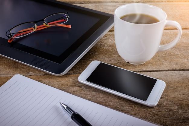 Mans lieu de travail au bureau en bois avec café