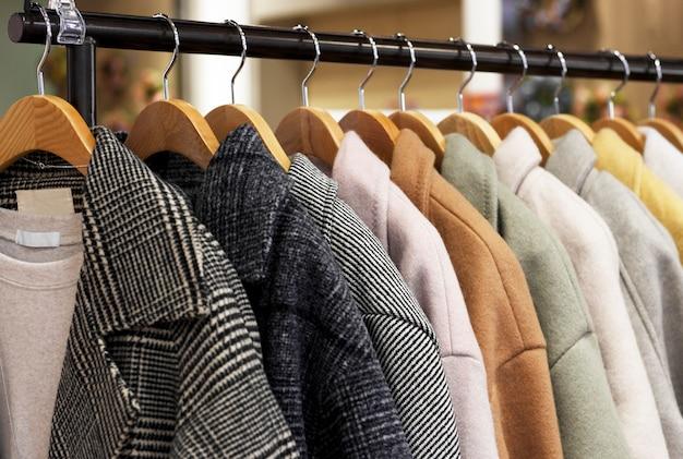 Manteau de femme sur un cintre dans un magasin de vêtements