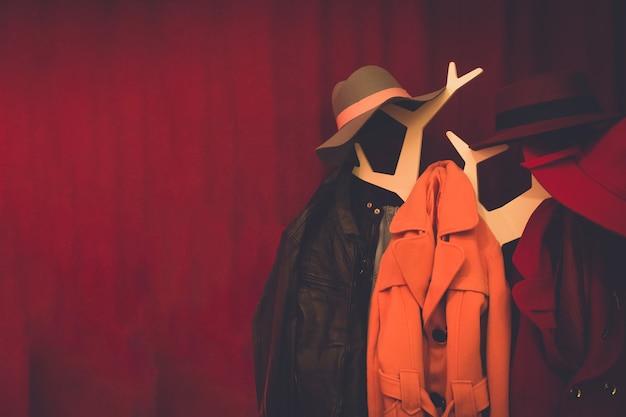 Manteaux et chapeau suspendus sur portemanteau