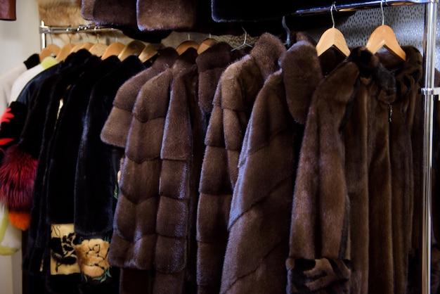 Manteaux en fourrure pour femmes et exposés à la vente.