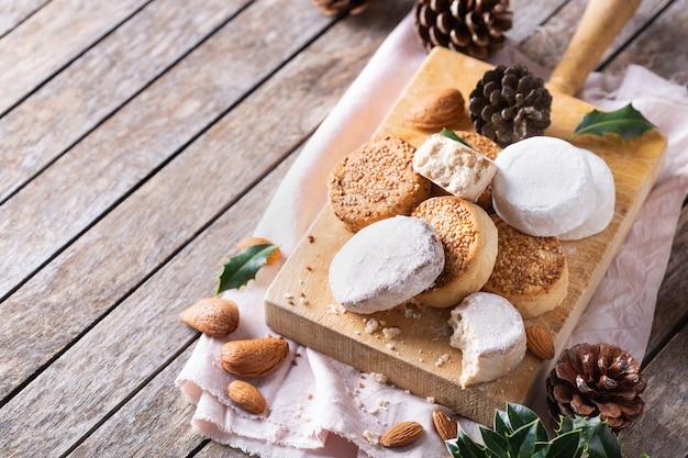 Mantecados et polvorones espagnols typiques de bonbons de noël sablés