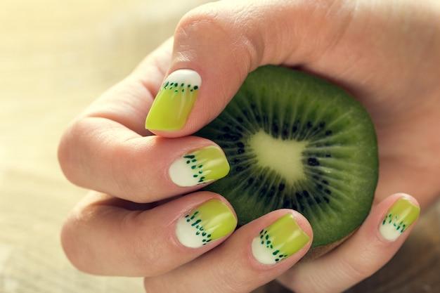 Manucure d'art de kiwi