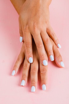 Manucure blanche féminine