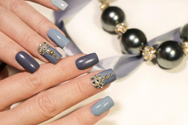 Manucure bleu gris avec des coupes