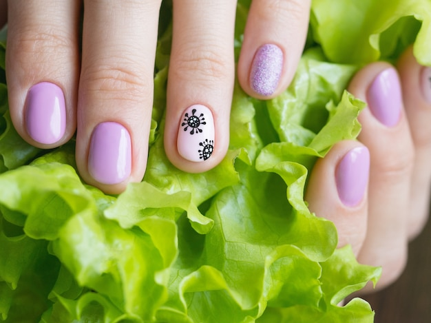 Manucure créative avec coronavirus peint sur les ongles, soft focus, gros plan
