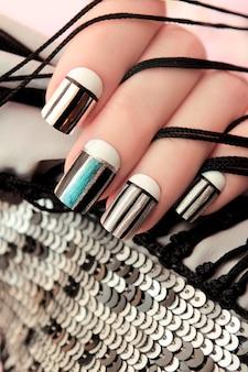 Manucure créative avec des lignes argentées