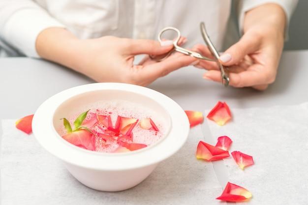 Manucure décore un bol avec des pétales