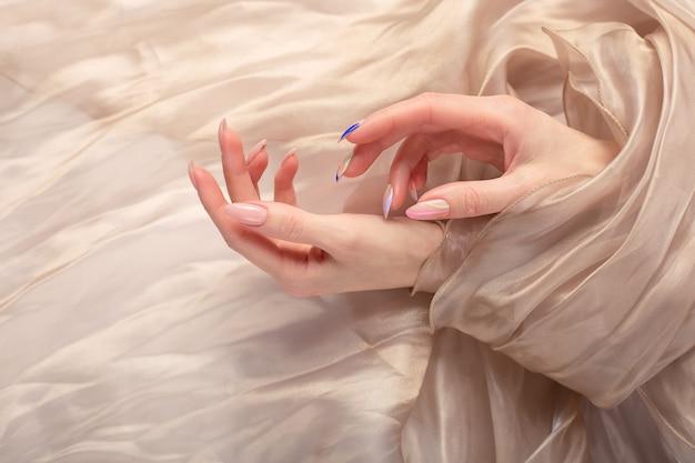 Manucure élégante sur les mains féminines