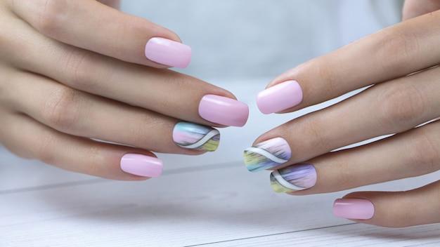 Manucure féminine avec design nail art