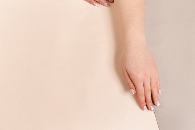 Manucure femme tendance élégante.