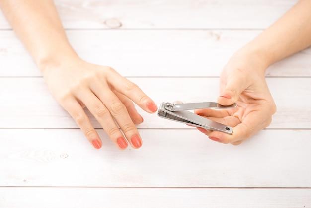 Manucure main femme avec coupe-ongles