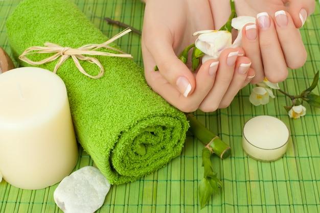 Manucure - mains avec des ongles naturels, fond de salon de beauté