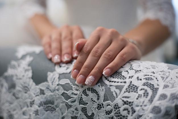 Manucure de mariage. conception d'ongles pour une mariée