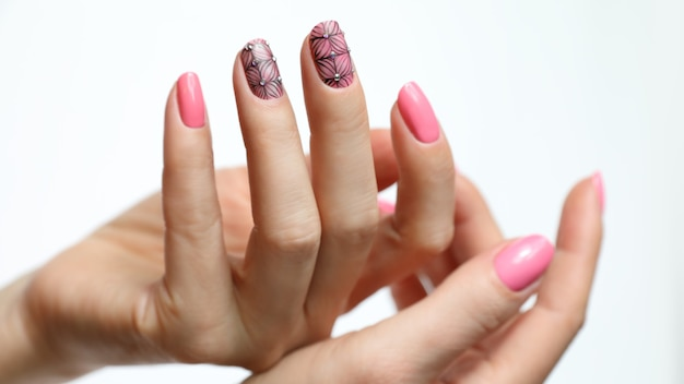 Manucure nail art rose