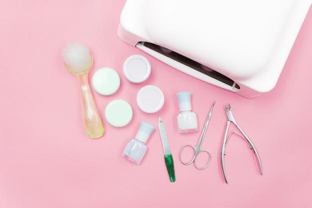 Manucure - outils pour la création, vernis gel, tout pour le traitement des ongles, le concept de la beauté, des soins. salon bannière fond rose