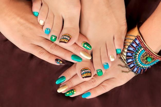 Manucure et pédicure avec vernis à ongles de couleur turquoise avec strass