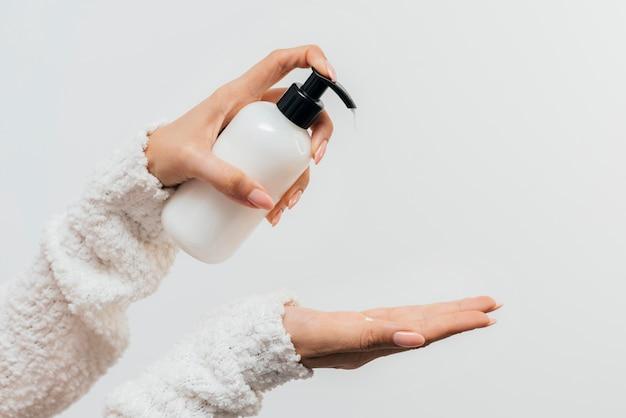 Manucure soins sains à l'aide de crème