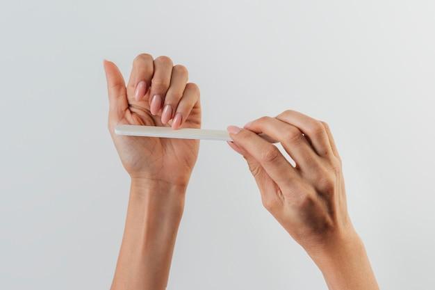 Manucure soins sains à l'aide d'une lime à ongles