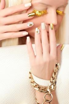 Manucure avec strass dorés