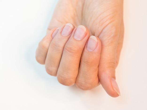 Manucure terminée, ongles préparés pour appliquer le vernis