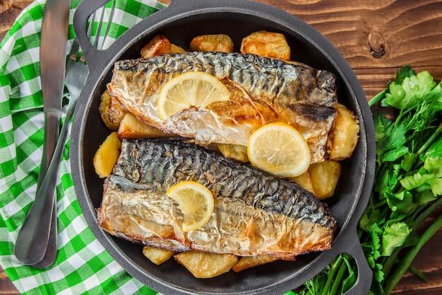 Maquereau au poisson et pommes de terre au four. mise au point sélective.