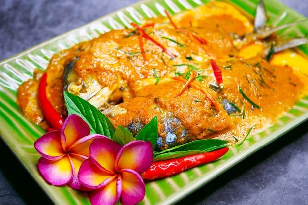 Maquereau chuchi, poisson frit au curry, style cuisine thaïlandaise